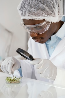 Close-up onderzoeker met vergrootglas
