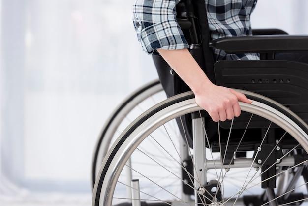 Close-up ongeldige persoon in rolstoel