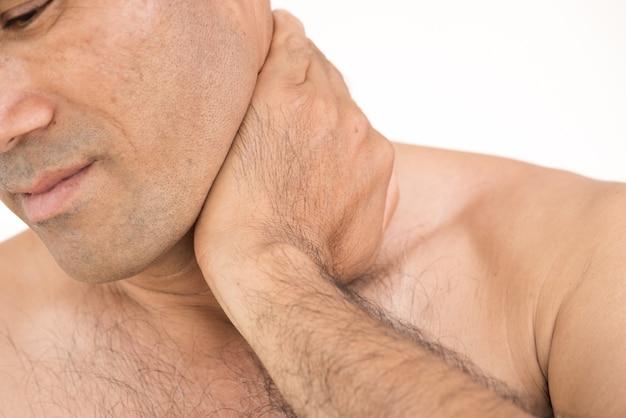 Close-up ongelukkige mens die aan halspijn op witte achtergrond lijden.