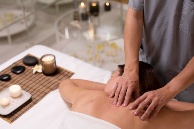 Close-up ontspannen patiënt die massage krijgt