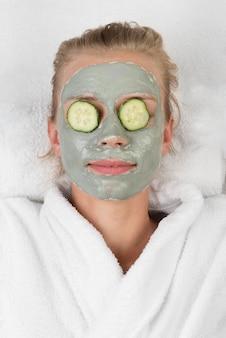 Close-up ontspannen vrouw met gezichtsmasker