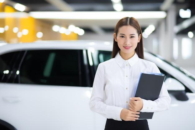 Close-up op aziatische verkoopster in auto autoverkoop