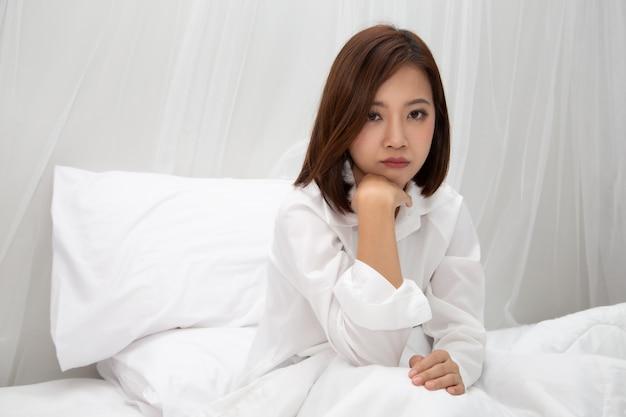 Close-up op aziatische vrouwen op bed in de slaapkamer