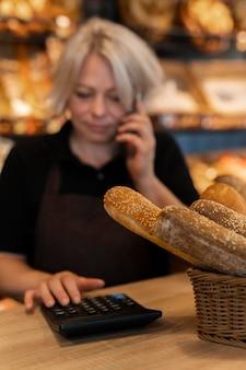 Close-up op baker praten met een klant a