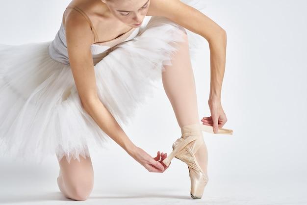 Close-up op ballerina in witte tutu geïsoleerd