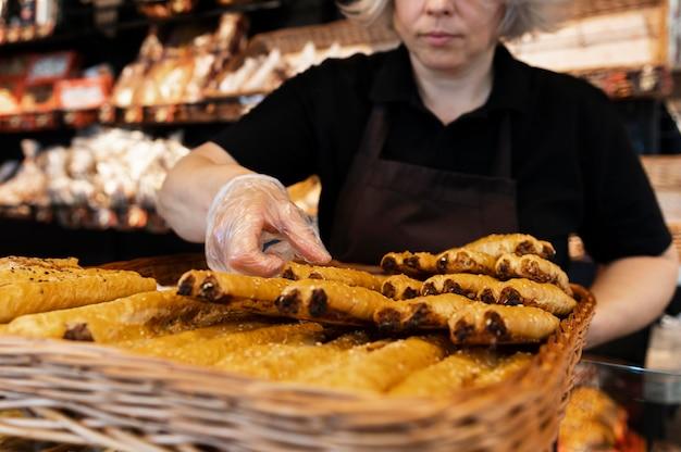 Close-up op banketbakker die voedsel bereidt