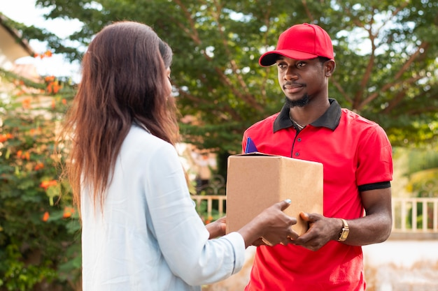 Close-up op bezorger die pakket geeft aan klant
