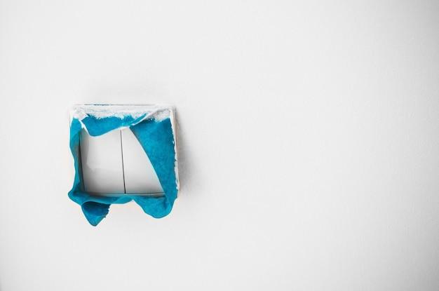 Close-up op blauwe tape, huisreparatie, muurschildering