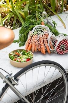 Close-up op boodschappentassen vol rijpe groenten