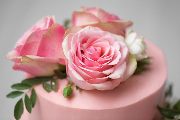 Close-up op bruidstaart met bloemen
