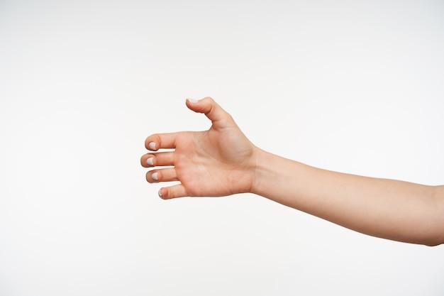 Close-up op de hand van de jonge mooie vrouw die de vingers vastklemt terwijl ze wordt opgeheven