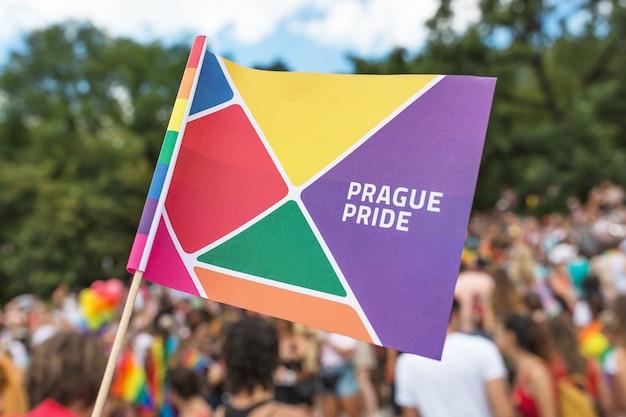 Close-up op de parade parade vlag van praag gay pride