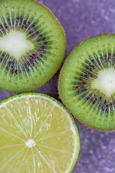 Close-up op de textuur van gesneden fruit kiwi en limoen bovenaanzicht.