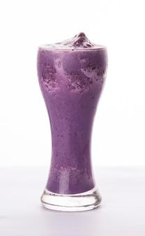 Close-up op een groot glas smoothie geïsoleerd