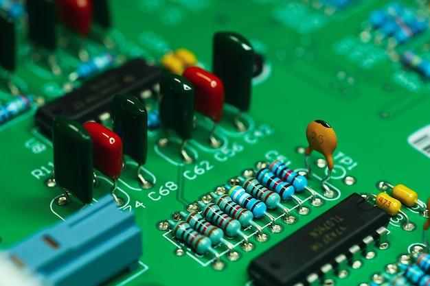 Close-up op elektronisch bord en achtergrond van elektronische apparaten