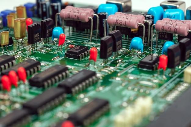 Close-up op elektronische apparaten op achtergrondafbeeldingen van borden