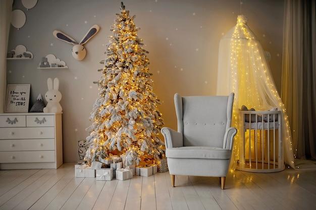 Close-up op feestelijk versierde kerst kinderkamer