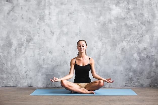Close-up op fitness yoga vrouw op mat in de sportschool