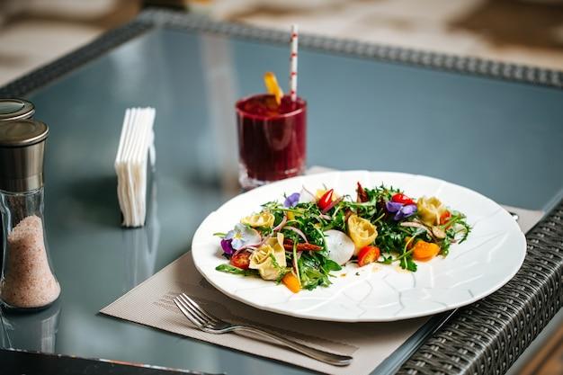 Close-up op gastronomische spaanse salade met artisjokken en greens