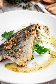 Close-up op gekookte visfilet met aardappelpuree en gepocheerd ei