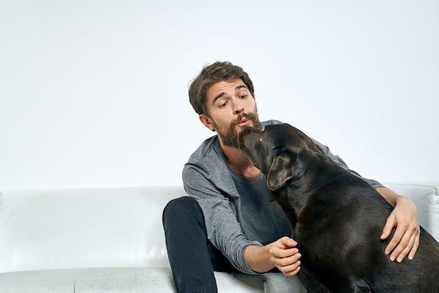 Close-up op gelukkig man op de bank met zijn hond