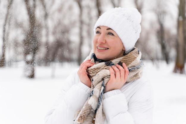 Close-up op gelukkig volwassen spelen in de sneeuw