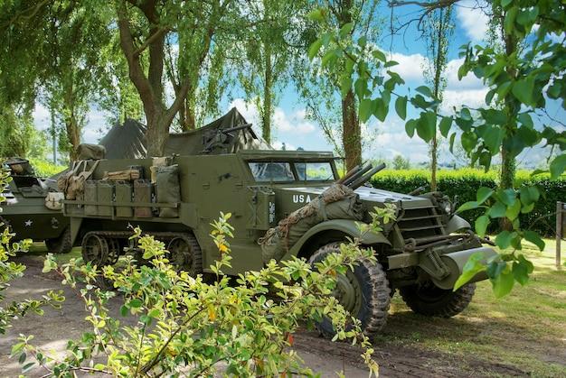 Close-up op gepantserde halfrupsvoertuig uit de tweede wereldoorlog