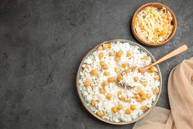 Close-up op gestoomde rijstmaaltijd op plaat