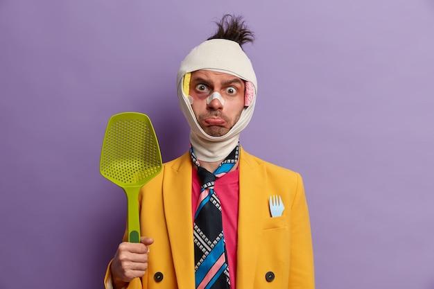 Close-up op gewonde man met donkere blauwe plek onder de ogen en hersenschudding, draagt verband