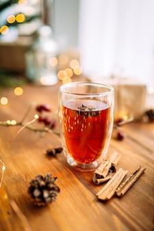 Close-up op glazen mok zwarte thee met steranijs