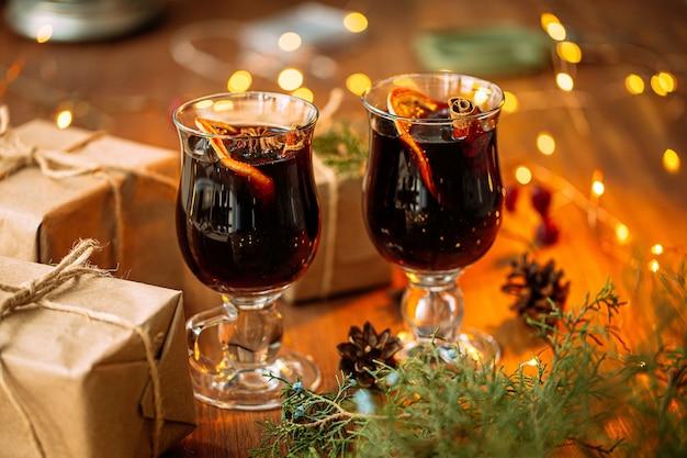 Close-up op glint wijn op de houten tafel met geschenken