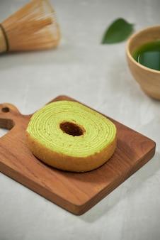 Close-up op groene matcha baumkuchen japanse roll cakes, selectieve focus