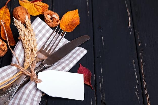 Close-up op herfst tabel met tafelgerei