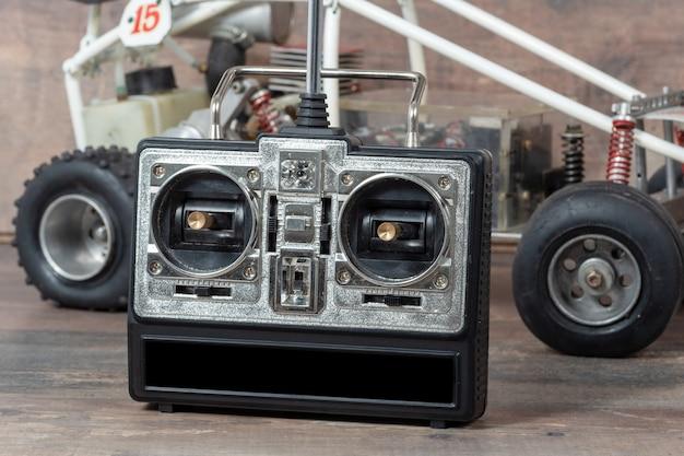 Close-up op het bedieningspaneel en het model rc buggy