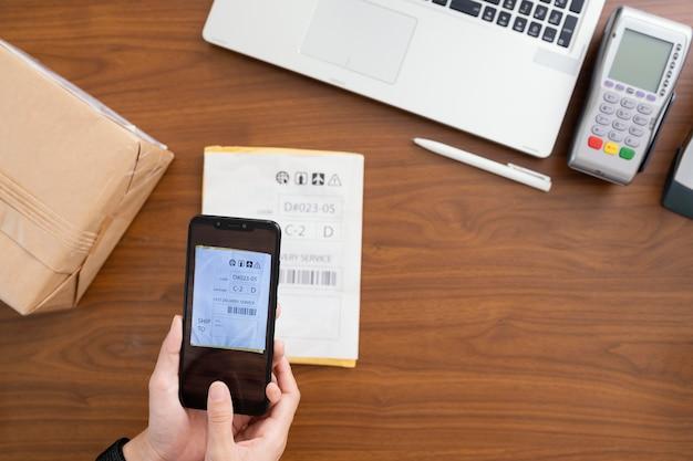 Close-up op het scannen van pakketinformatie op de telefoon