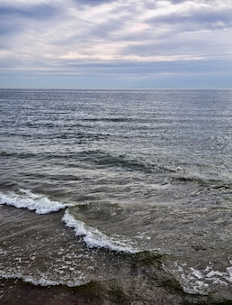 Close-up op het wateroppervlak op de zee