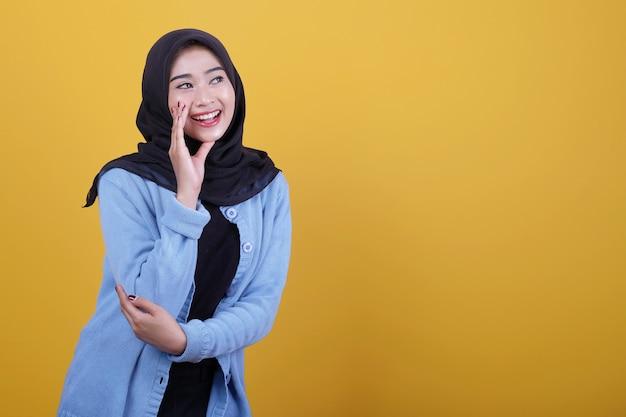 Close-up op jonge aantrekkelijke en charismatische vrouw praten gebaar