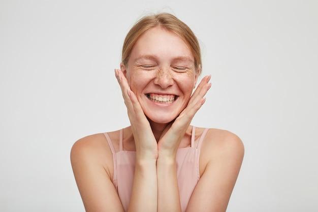 Close-up op jonge aantrekkelijke roodharige vrouw met casual kapsel geïsoleerd