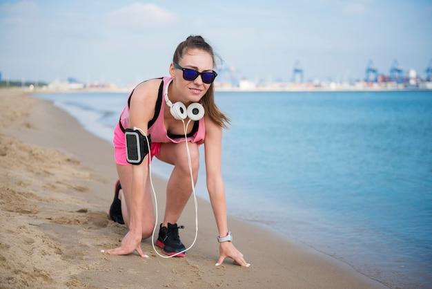 Close-up op jonge fit persoon joggen door de zee