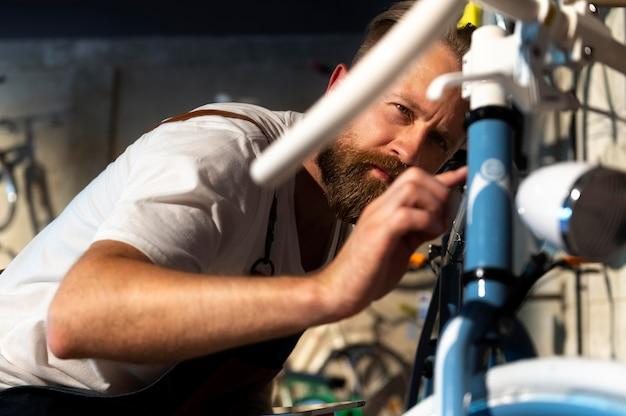 Close-up op jonge man aan het werk op een fiets