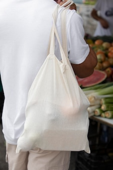 Close-up op jonge man die een pauze neemt na het winkelen