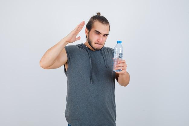 Close-up op jonge man gebaren geïsoleerd