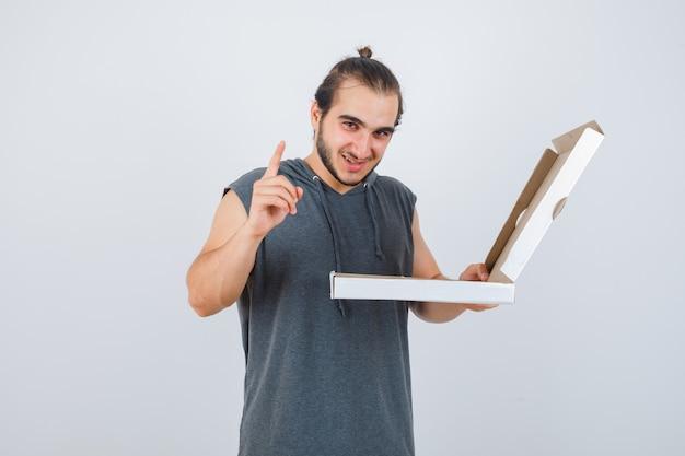 Close-up op jonge man gebaren geïsoleerd Gratis Foto