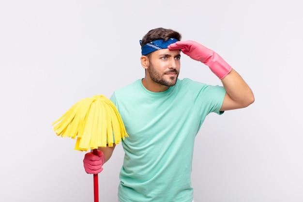 Close-up op jonge man met schoonmaakgereedschap