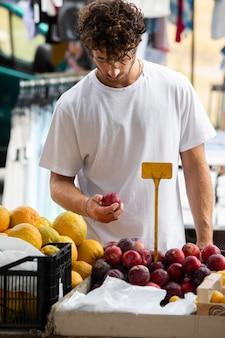 Close-up op jonge man op de voedselmarkt