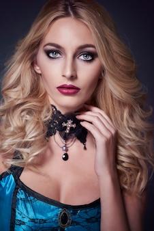 Close-up op jonge mooie vrouw gekleed voor halloween