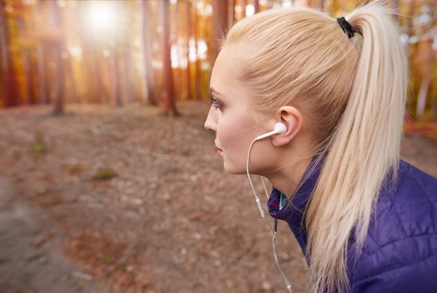 Close-up op jonge mooie vrouw joggen