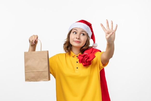 Close-up op jonge mooie vrouw met kerstmuts geïsoleerd
