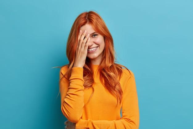 Close-up op jonge roodharige vrouw gebaren
