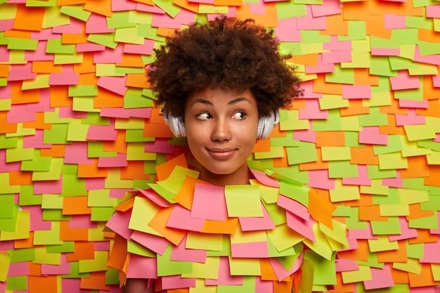 Close-up op jonge student omringd door plaknotities